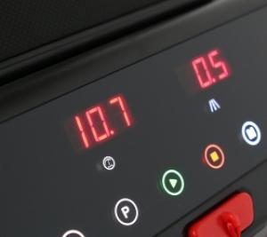 Консоль с 4 буквенно-цифровыми LED-дисплеями и сенсорными кнопками управления